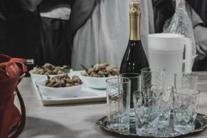 Proslava uz šampanjac i smokve.