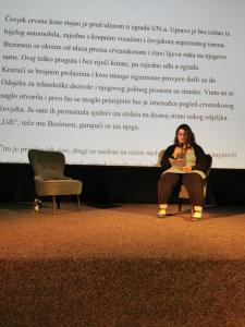 Kaya Mary McConnell tijekom čitanja nagrađene priče Njegov izbor
