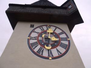 Uhrturm - toranj sa satom u kojemu su smještena tri zvona.